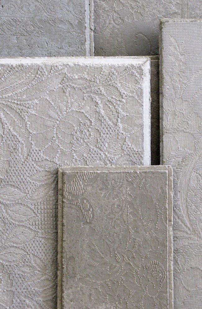 Impronte di tessuti su lastre di cemento