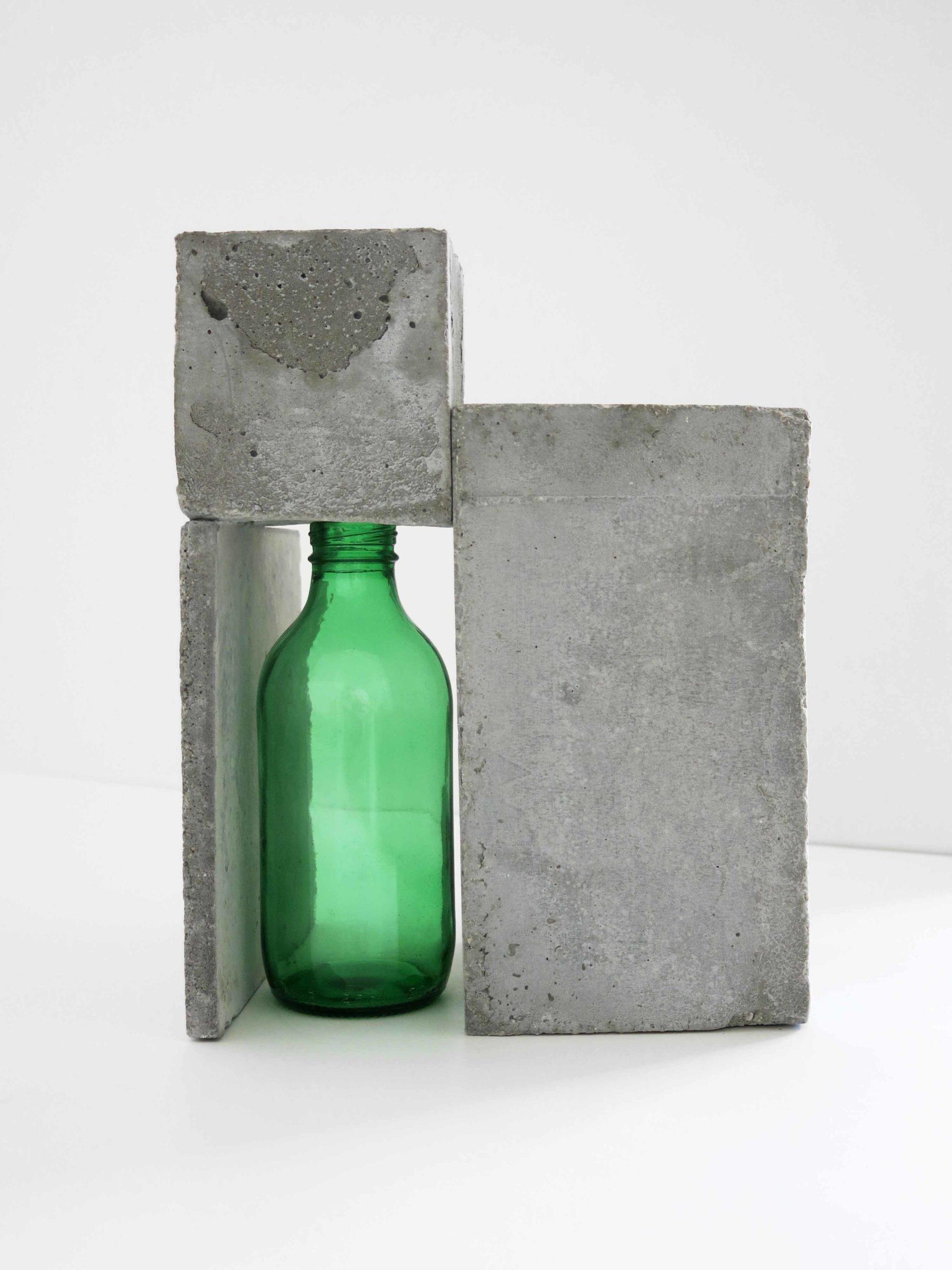 costruzione con blocchi in cemento e bottiglia verde