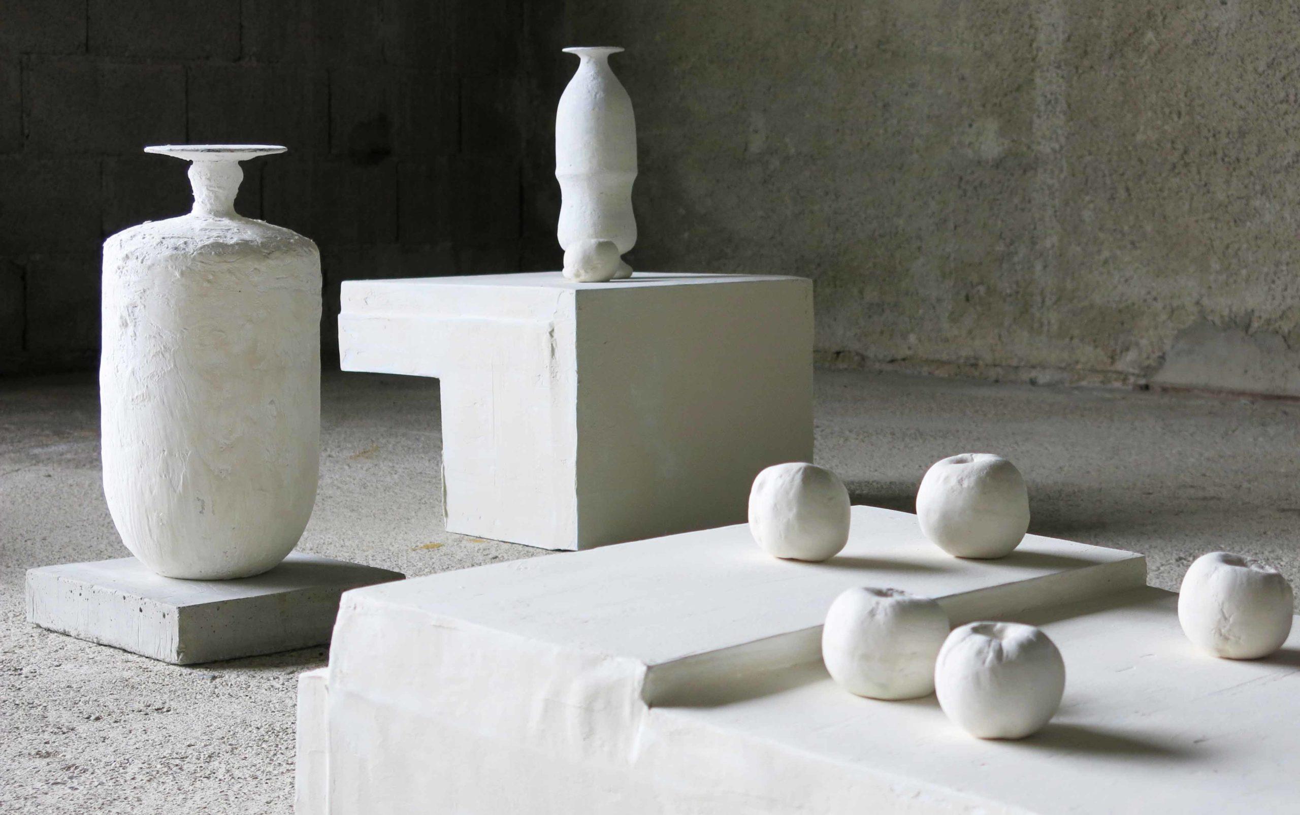 Installazione di Cristina Treppo in cemento leggero bianco