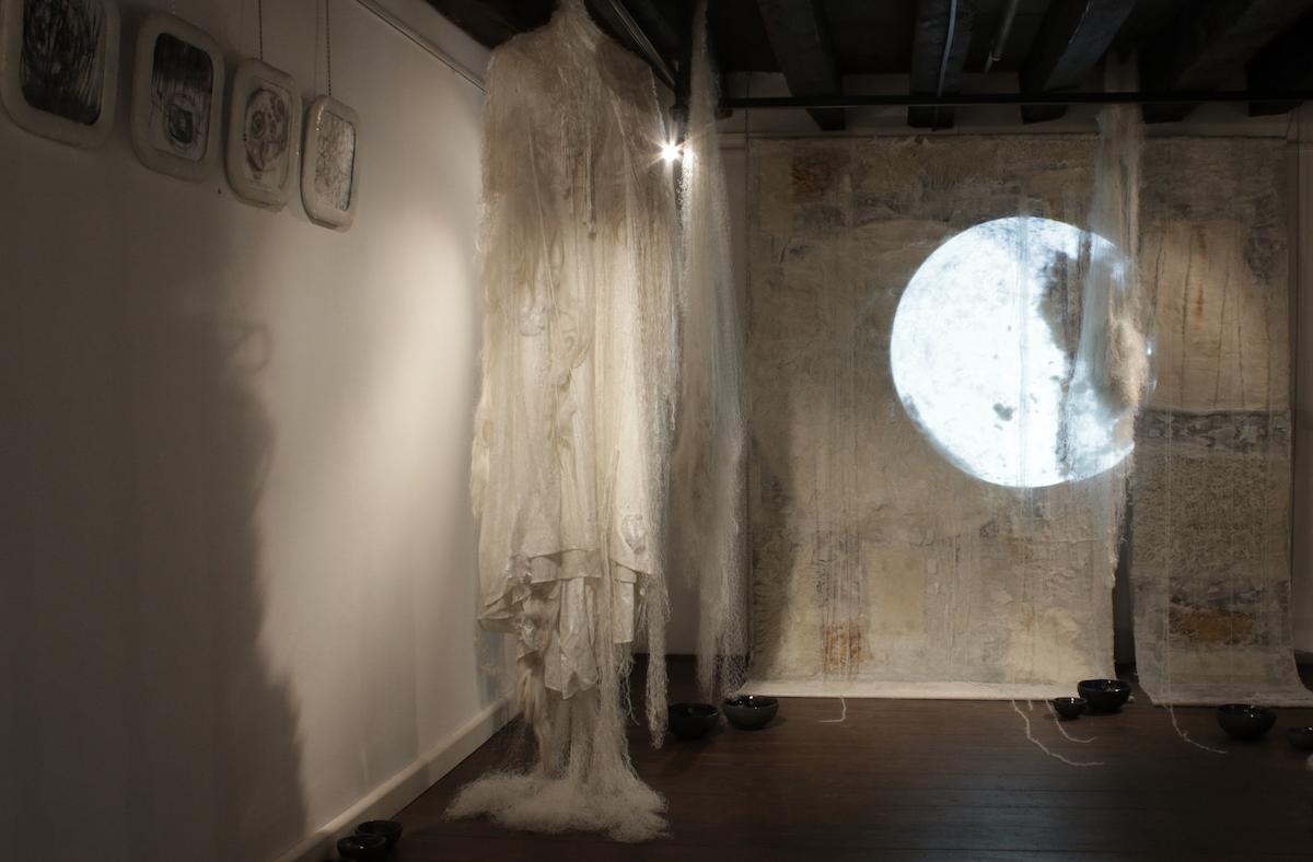 Dania Zanotto, Natural Rhythms, 2015, Installazione Site Specific materica-video-sonora, resina, silicone, cera, stoffa, dimensioni: 10 m²